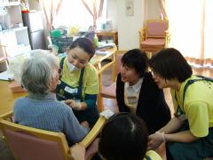 歯科医師・歯科衛生士が、ご自宅や老人福祉施設に訪問し、丁寧に診療を行なってまいります。